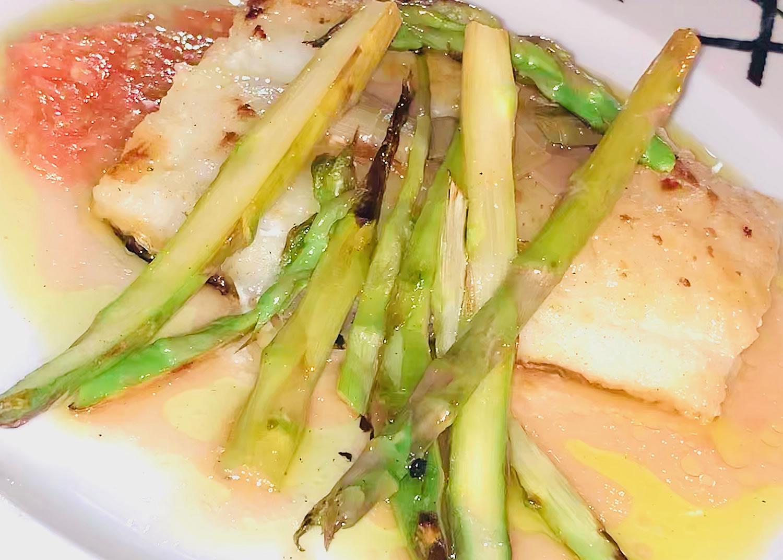 Restaurante Casa Garrido: Bacalao a la plancha con base de tomate y trigueros